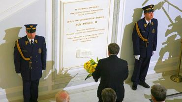 Sejm, tablica upamiętniająca wizytę Jana Pawła II