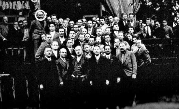 Delegaci na VI Zjazd Komunistycznej Partii Polski, który odbył się 9-18 października 1932 r. na Białorusi. Na zdjęciu grupowym kółkiem został odznaczony Józef Mützenmacher (1903-47). Był to najwyżej umieszczony agent Defensywy w kierownictwie KPP, po rozbiciu kierownictwa partii w czerwcu 1933 r. dla komunistów musiało stać się jasne, że spowodował to Mützenmacher. Dlatego MSW sfingowało jego śmierć.