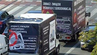 Akcja Krzysztofa Gonciarza przeciwko furgonetkom z homofobicznymi hasłami (fot. Facebook/@kgonciarz)