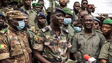 Pułkownik Ismael Wague przemawia do obywateli Mali po udanym puczu