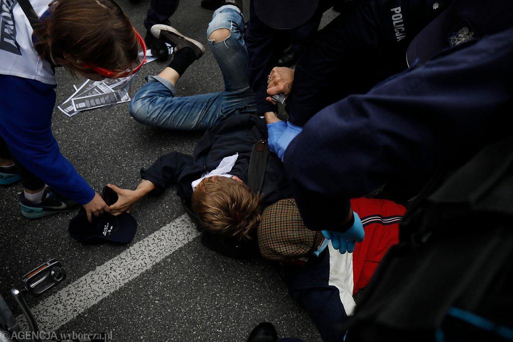 Aktywiści klimatyczni Extinction Rebellion blokują ulice w centrum Warszawy
