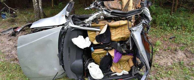 Tak wygląda auto, które z impetem uderzyło w drzewo. Nie żyje 20-latek