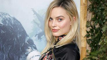 Mocno rozjaśnione włosy do ramion to znak rozpoznawczy także Margot Robbie