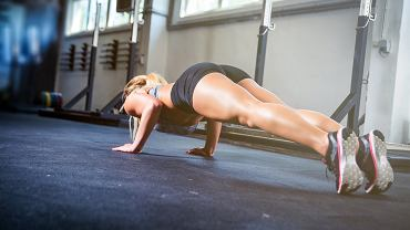 Aby mieć szczupłe uda bez cellulitu, trzeba połączyć zdrową dietę z treningami i odpowiednią pielęgnacją.