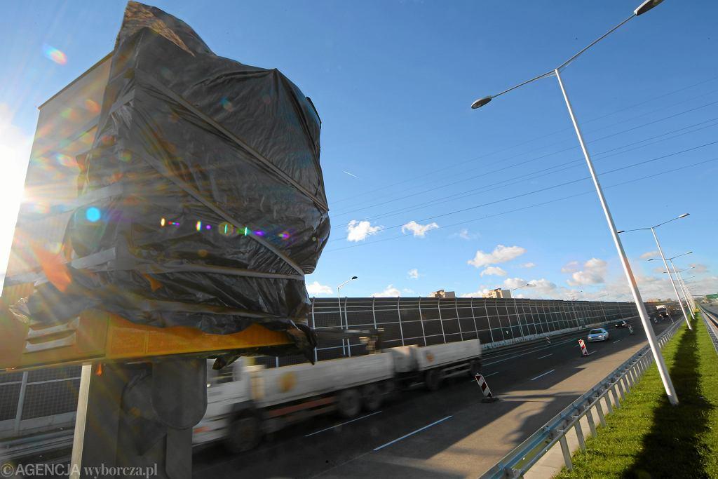 Ofoliowany fotoradar w Warszawie, położony 700 metrów za skrzyżowaniem z ul. Łabiszyńską w kierunku Marek