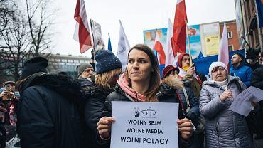 Posłanka Agnieszka Pomaska w czasie pikiety przeciwko cenzurze w Sejmie