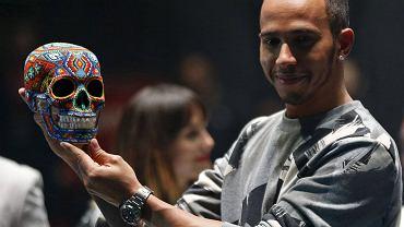 Lewis Hamilton ze swoim atrakcyjnym upominkiem od gospodarzy