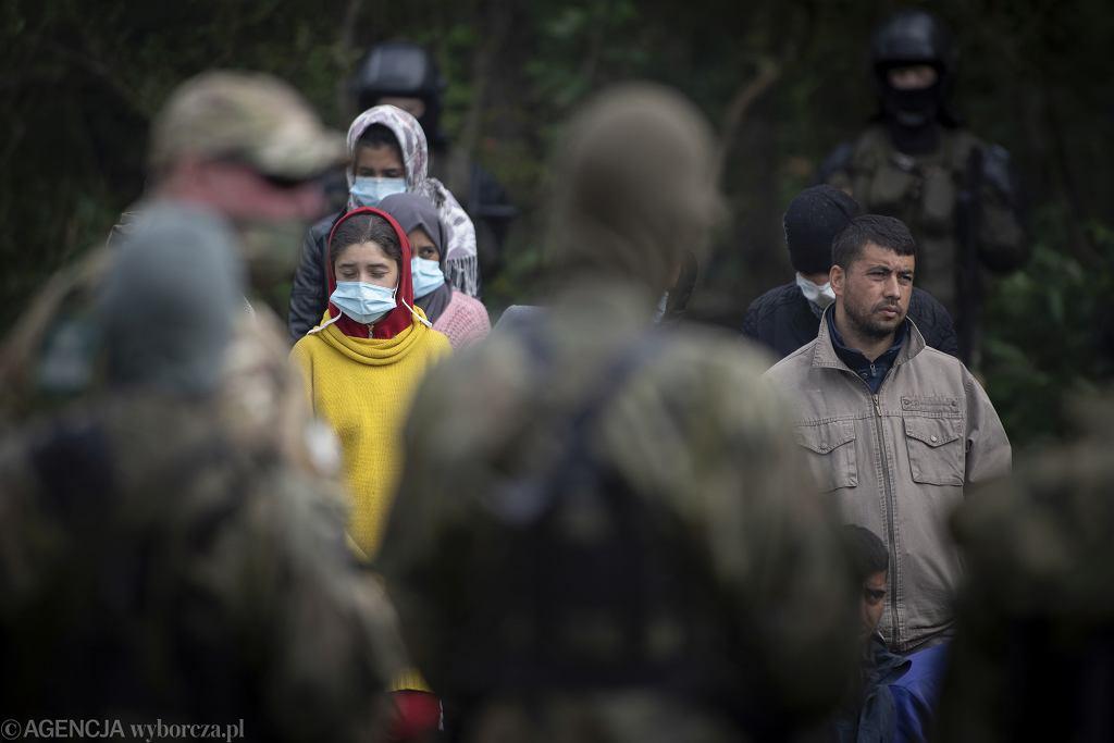 Usnarz Górny. Kobiety uchodźczynie przetrzymywane z innymi uciekinierami pod gołym niebem przez Straż Graniczną - zdjęcie ilustracyjne