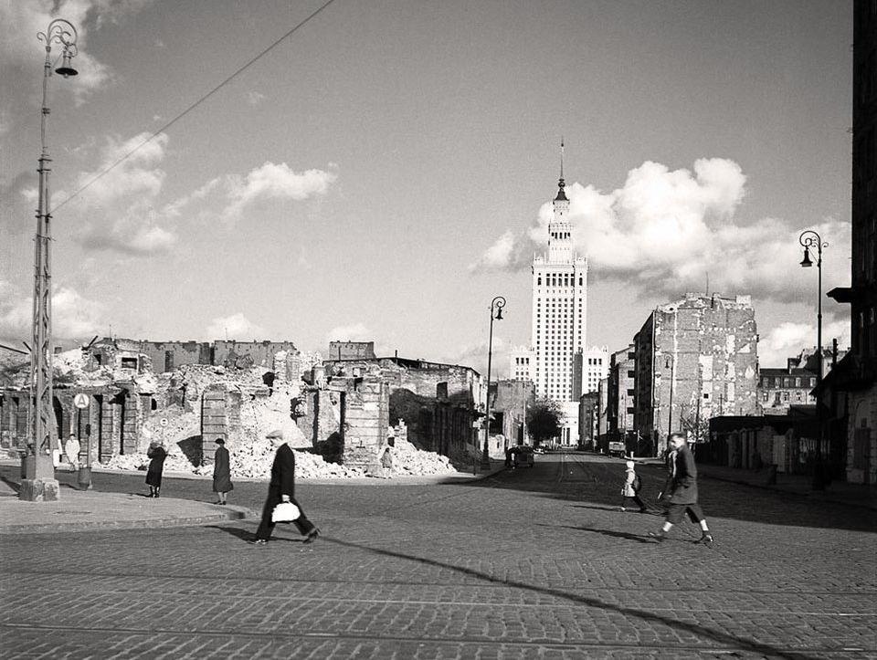 Pałac Kultury i Nauki pośród ruin Warszawy
