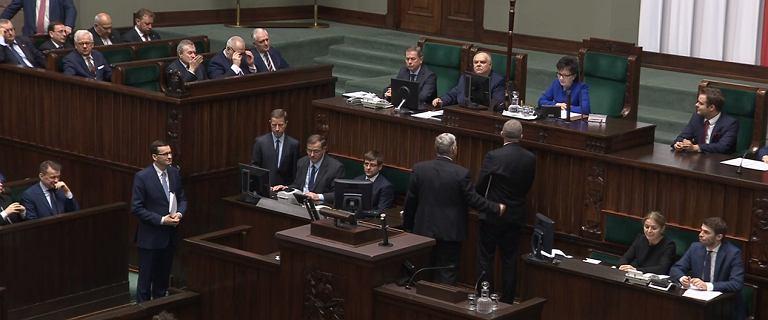 Przed expose Morawieckiego w Sejmie awantura. Braun blokował mównicę