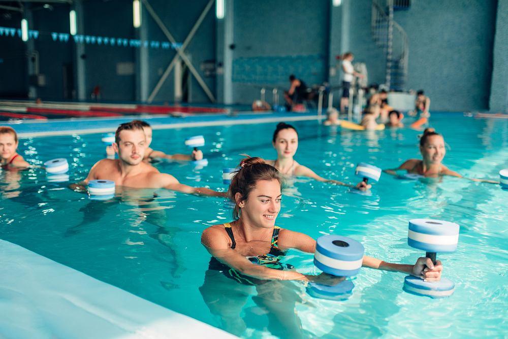 Aqua aerobik to ćwiczenia w wodzie, połączeni pływania i gimnastyki korekcyjnej.