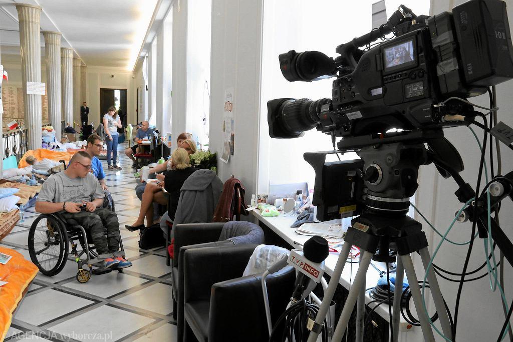 9.05.2018, Sejm, kamera TVP Info, która cały czas obserwuje protestujących