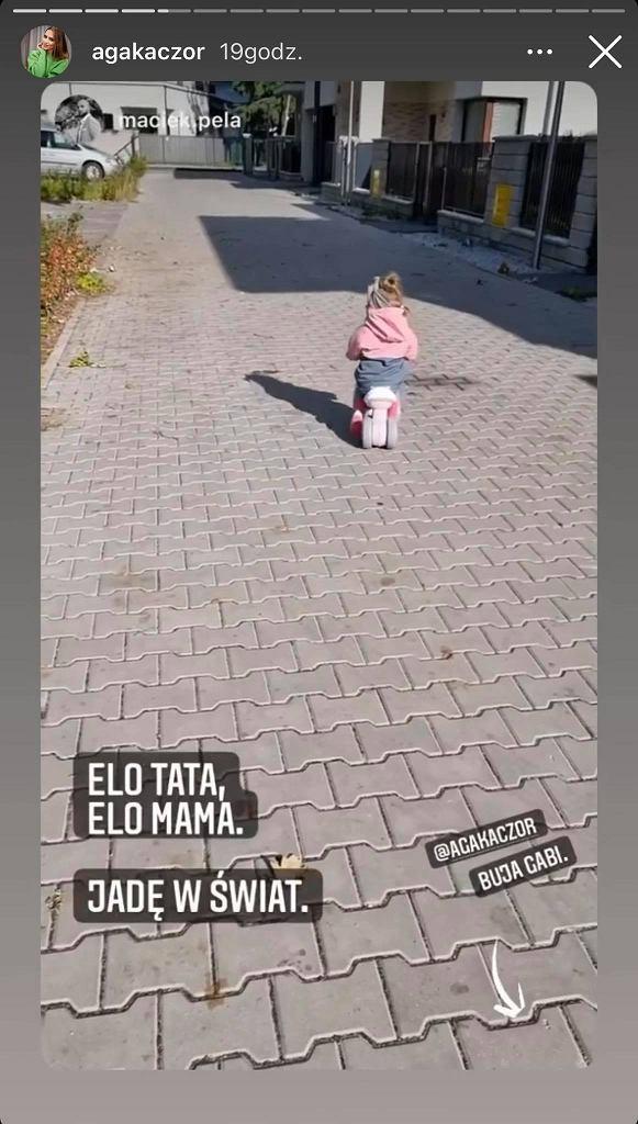 Agnieszka Kaczorowska spaceruje z rodziną. Starsza córka znalazła nietypową zabawę. Pela: Posprzątałaś już?