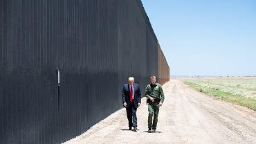 Prezydent Donald Trump podczas wizytacji odcinka muru w pobliżu miasta Yuma, w Arizonie. Ten odcinek pomalowano na czarno zgodnie z pragnieniem prezydenta.