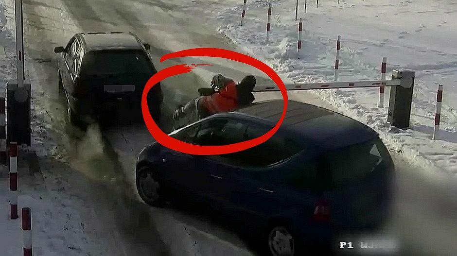 Kierowca wjechał w parkingowego