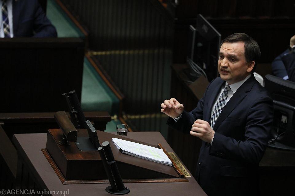 Minister sprawiedliwości i prokurator generalny Zbigniew Ziobro na mównicy sejmowej podczas debaty na wotum nieufności dla ministra sprawiedliwości.