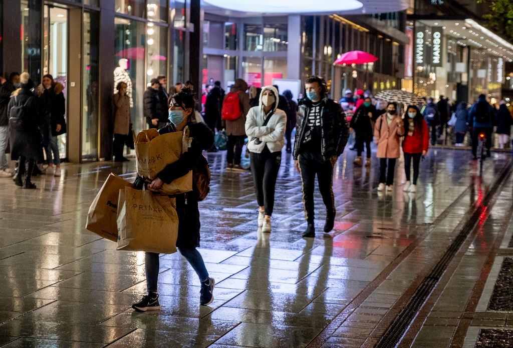 Niemcy od środy 16 grudnia wprowadzają lockdown. Na zdjęciu przechodnie na ulicy handlowej we Frankfurcie.