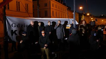 10.10.2021, Warszawa, ekipa narodowców zakłócająca wystąpienia podczas manifestacji zwolenników pozostania Polski w Unii Europejskiej. Z mikrofonem Robert Bąkiewicz