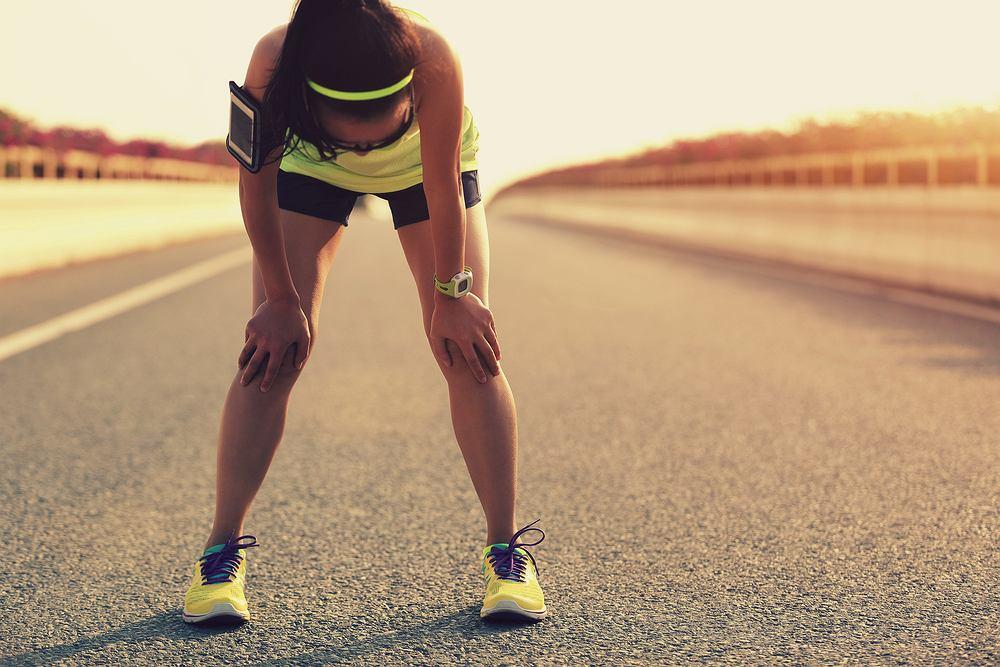 Zmęczona kobieta po intensywnym treningu