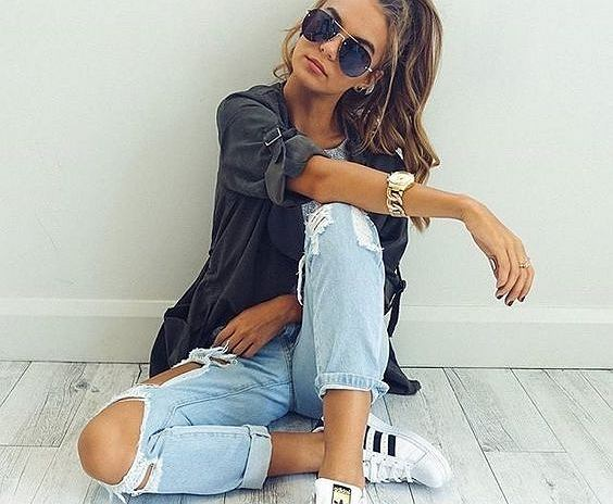 8763aace5138b8 Dżinsy z dziurami: jak nosić porwane jeansy na co dzień