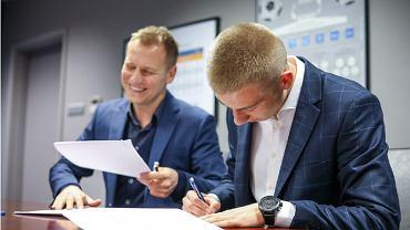 Mateusz Skrzypczak i dyrektor sportowy Lecha, Tomasz Rząsa