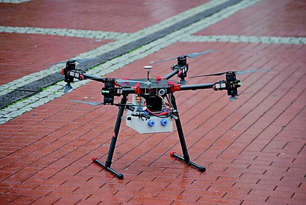 Mobilna platforma 'monitoringu wybranych parametrów niskiej emisji' z wykorzystaniem drona. Lata nad Sosnowcem i sprawdza jakość powietrza.