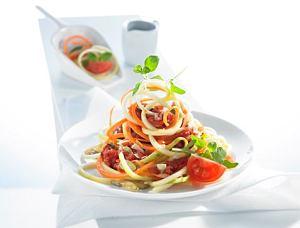 Spaghetti z cukinii i marchewki z sosem pomidorowym