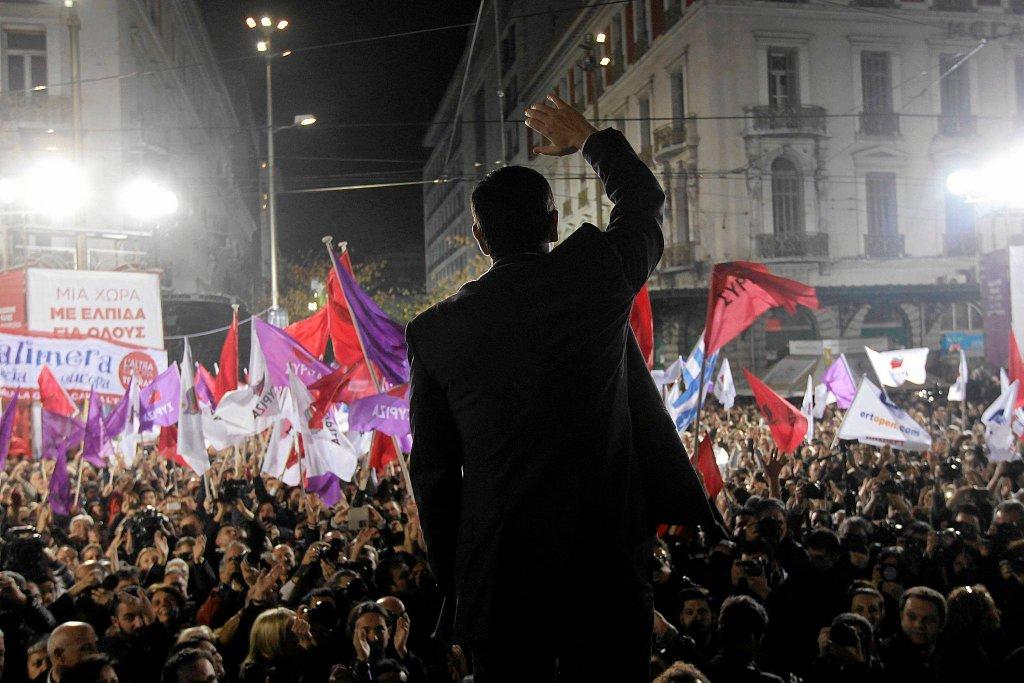 Kilkanaście tysięcy zwolenników populistycznej partii SYRIZ wzięło udział w wiecu na placu Omonia w Atenach