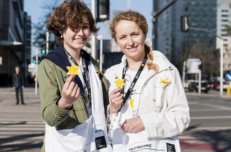 Wolontariuszki akcji 'Żonkile'. W tym roku nie zobaczymy na ulicach osób rozdających papierowe przypinki w formie żonkila.