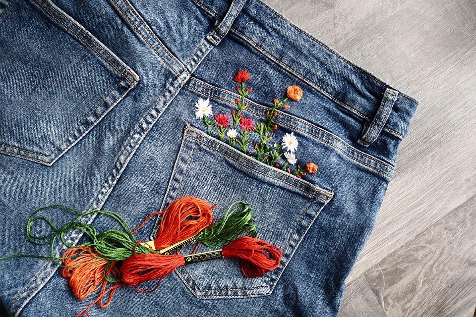 Jeansowe szorty z kolorowych haftem
