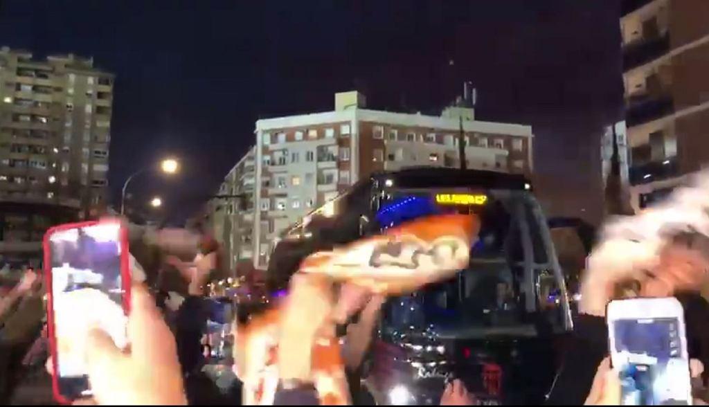Kibice Valencii pod stadionem mimo zakazu udziału w meczu Ligi Mistrzów