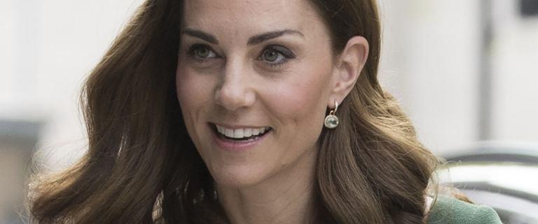 Wyluzowana księżna Kate w bluzie i z plecakiem pojechała na wakacje