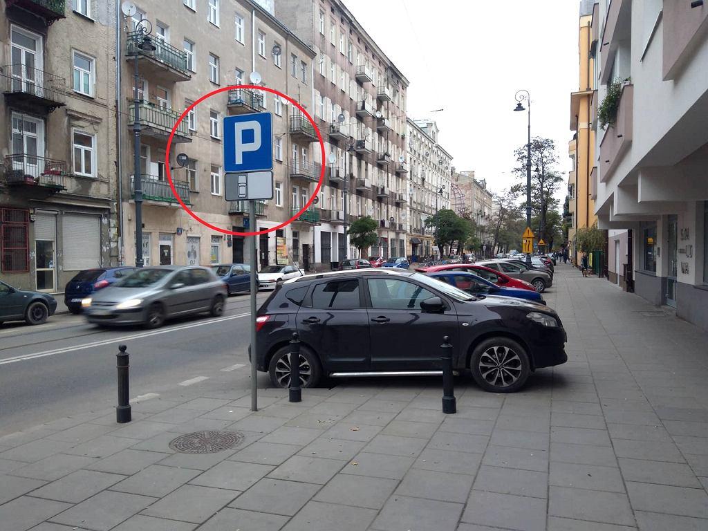 Tak parkowali kierowcy, mimo nakazu parkowania wzdłuż chodnika