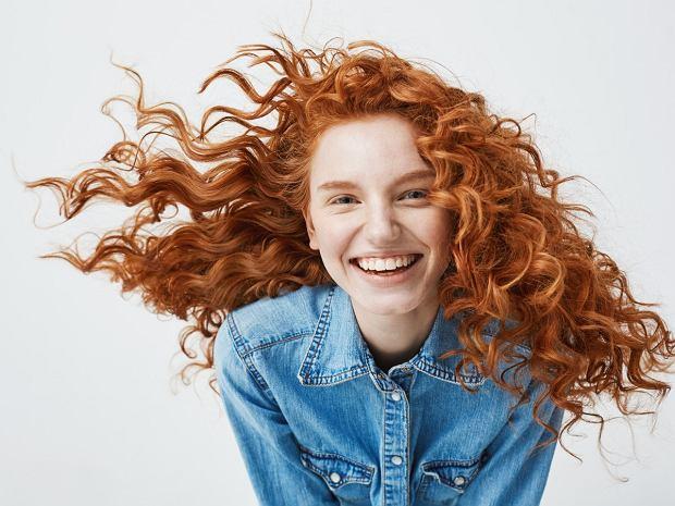 Kręcone włosy - jak o nie dbać? 5 trików, które podkreślą skręt loków