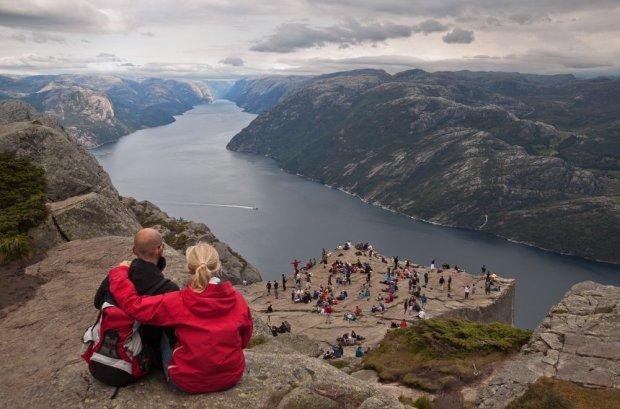 Preikestolen, granitowa skała wisząca 600 metrów nad fiordem Lyse / fot. Shutterstock