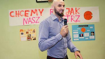 Marcin Gortat podczas zakończenia roku w jednej z krakowskich szkół