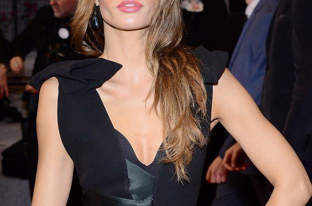 Reprezentacja polskiej grupy na festiwalu w Cannes rośnie z każdym kolejnym dniem. Do tego grona dołączyła Agata Nizińska. Niecodzienny makijaż i fryzura artystki spowodowały, że na czerwonym dywanie przypominała ona Angelinę Jolie.