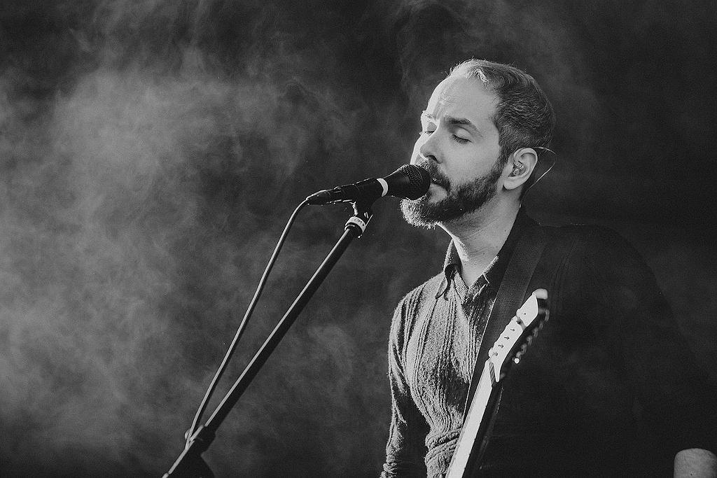Greg Gonzalez z Cigarettes After Sex, Positivus Festival, czerwiec 2017 / Fot. Krists Luhaers / @Kristsll, CC BY 2.0