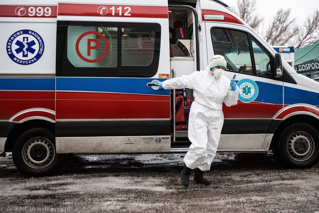 W ciągu doby zmarło prawie 1000 osób chorych na COVID-19. Najwięcej od początku epidemii