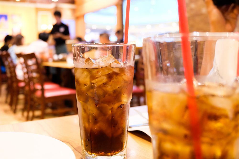 Latem chętnie pijemy napoje z lodem, co może się dla nas okazać szkodliwe