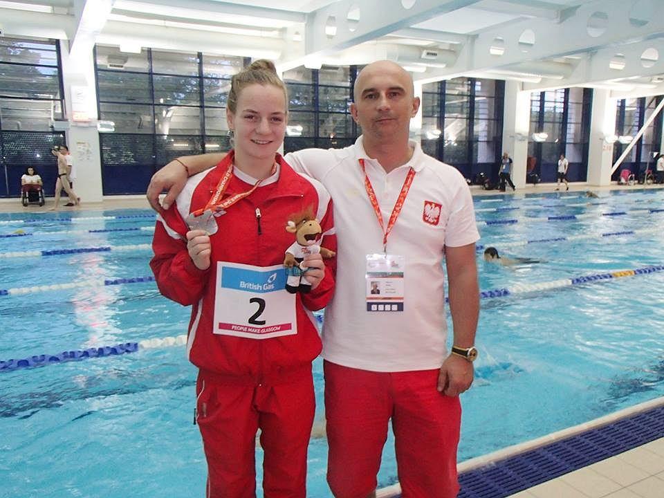 Oliwia Jabłońska i trener kadry pływackiej Wojciech Seidel