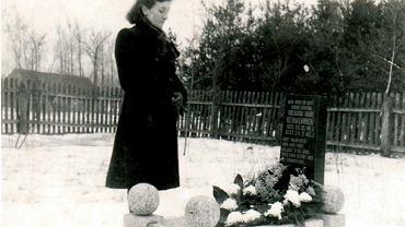 Gertruda przy grobie syna Richarda, 1941 r.