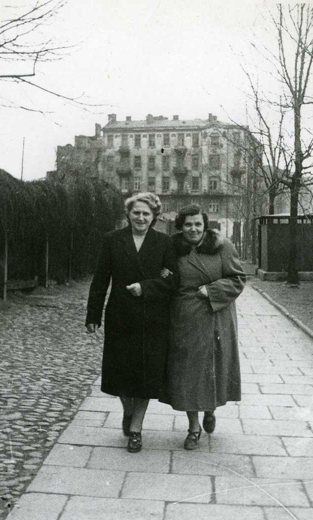 Na zdjęciu: Kazimiera Zbyszewska (po prawej), mama pani Antoniny.