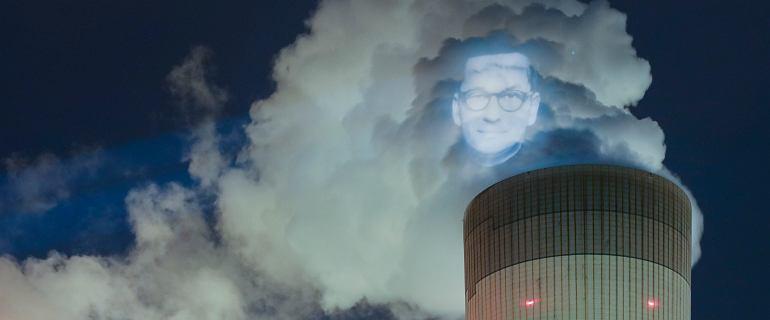 Wielka twarz Morawieckiego na dymie z komina. Nocna akcja w Bełchatowie