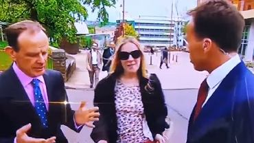 Dziennikarz łapie kobietę za pierś