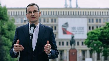Premier Mateusz Morawiecki przed siedzibą Śląskiego Urzędu Wojewódzkiego