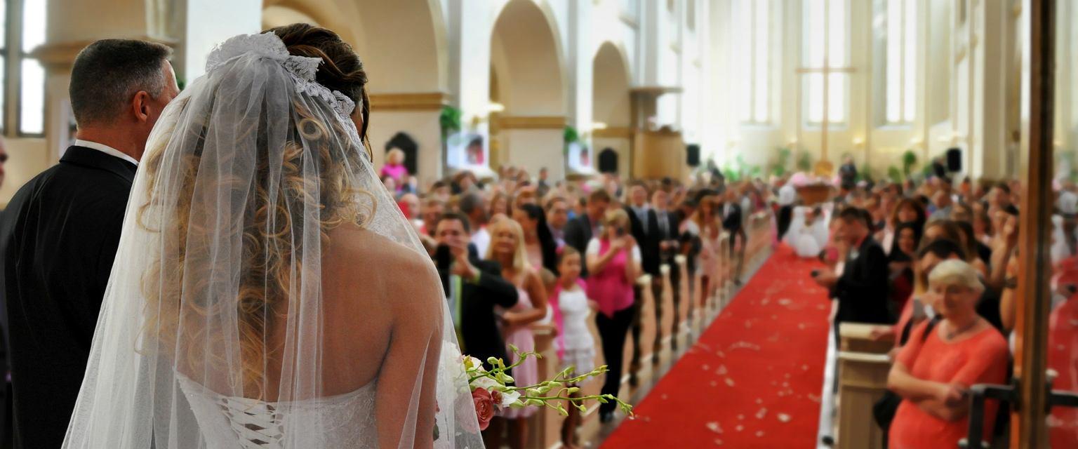 W Polsce liczba ślubów kościelnych z roku na rok spada (fot: Shutterstock.com)