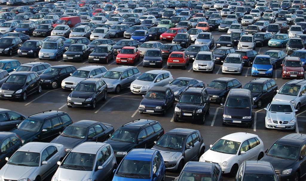 Niemcy. Samochody na parkingu. Zdjęcie ilustracyjne.