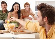 dieta, Jesteś towarzyski? Uważaj na dietę, Jeśli dla towarzystwa ulegasz presji zjedzenia kolejnego ciasteczka, przy najbliższej okazji świadomie powstrzymaj się