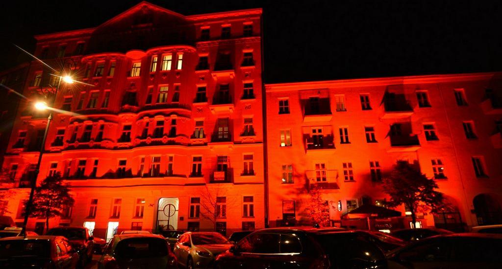 PiS podświetla na czerwo9no reprywatyzowane kamienice w Warszawie